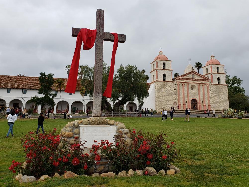 ミッションサンタバーバラ 十字架 赤い布